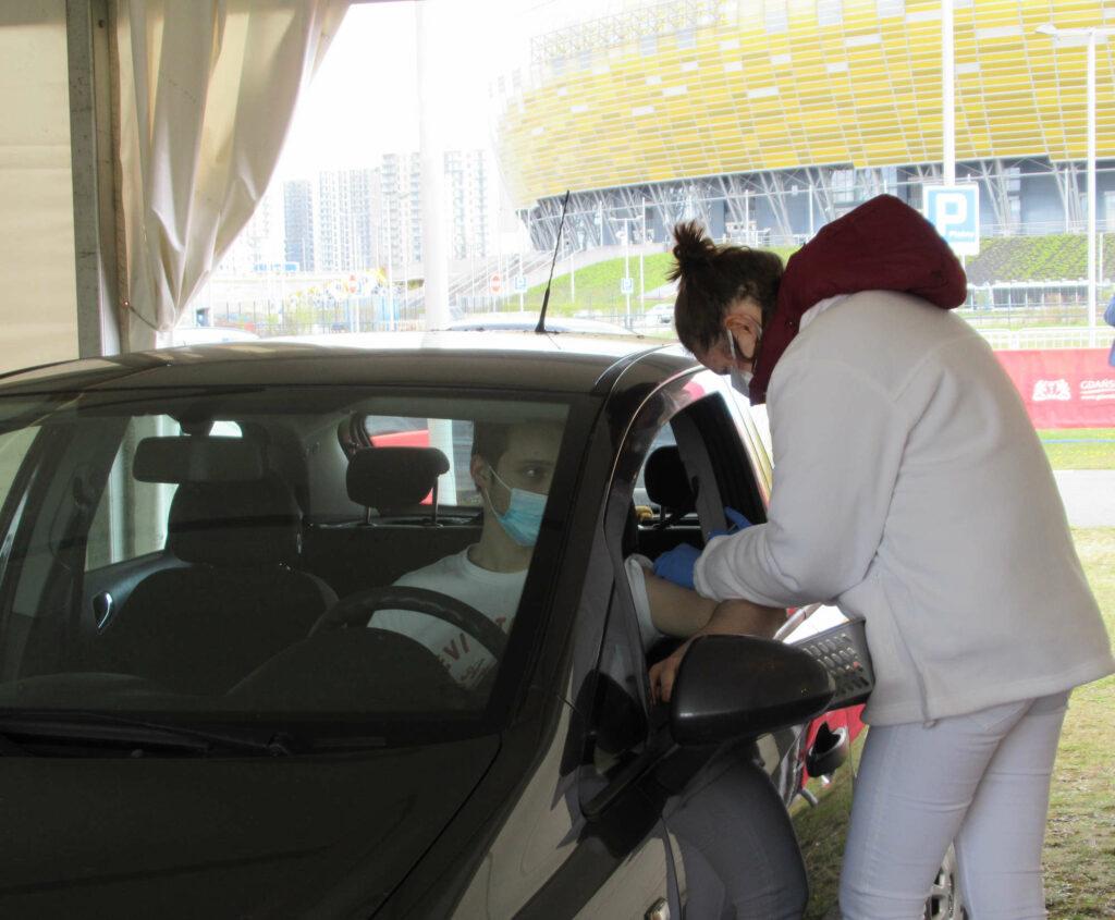 Bez wysiadania z auta zaszczep się przeciwko COVID-19. Punkt drive-thru rusza przy Żaglowej